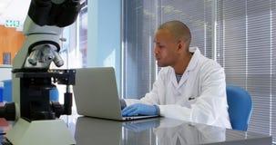 Wissenschaftler, der Laptop 4k verwendet stock footage