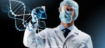 Wissenschaftler in der Maske, die Flasche mit Chemikalie hält Stockbild