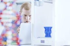 Wissenschaftler, der moderne Technologien einsetzt Lizenzfreies Stockbild