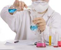 Wissenschaftler, der Prüfungen bildet stockfoto