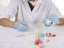 Wissenschaftler, der Prüfungen bildet lizenzfreies stockbild