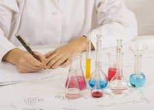 Wissenschaftler, der Prüfungen im Labor bildet stockfotografie