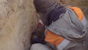 Wissenschaftler, der Proben des Bodens erh?lt stock video