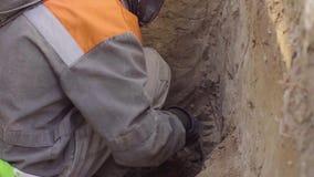 Wissenschaftler, der Proben des Bodens erh?lt stock video footage