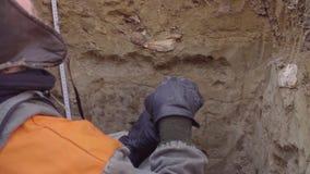 Wissenschaftler, der Proben des Bodens erh?lt stock footage