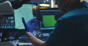 Wissenschaftler, der transparenten Bildschirm verwendet stock video footage