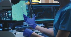 Wissenschaftler, der transparenten Bildschirm verwendet stock footage