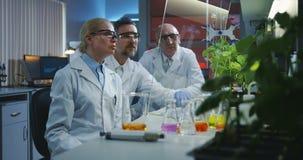 Wissenschaftler, die einen flachen transparenten Bildschirm verwenden stock footage