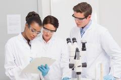 Wissenschaftler, die Kenntnisse nehmen Lizenzfreie Stockfotos