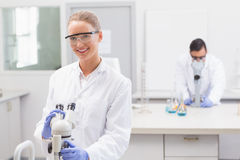 Wissenschaftler, die Mikroskop verwenden Lizenzfreies Stockbild