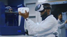 Wissenschaftler, die mit Drucken 3d und VR arbeiten stock video footage