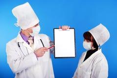 Wissenschaftler, die zusammenarbeiten. lizenzfreie stockfotografie