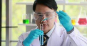 Wissenschaftler-Doing Experiment In-Labor stock footage