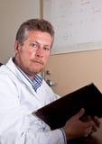 Wissenschaftler erforscht Testergebnisse Lizenzfreies Stockbild