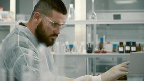 Wissenschaftler justieren die Ausrüstung im Labor stock footage