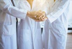 Wissenschaftler koordinieren H?nde, Gruppe Verschiedenartigkeitsleuteteamwork im Labor, im erfolgreichem und reserch Arbeiten stockbild