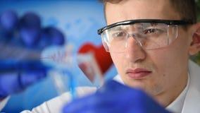 Wissenschaftler Man Studies Sample stock footage