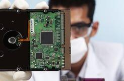 Wissenschaftler mit Festplatte des Computers Lizenzfreie Stockfotografie