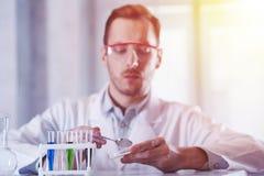 Wissenschaftler mit Reagenzgläsern im sonnigen Labor Lizenzfreie Stockfotografie