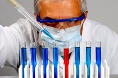 Wissenschaftler mit Reagenzgläsern und Pipette Stockbild
