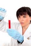 Wissenschaftler mit Reagenzglas stockfotografie