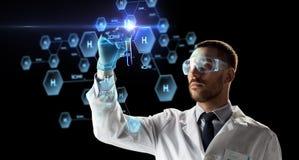 Wissenschaftler mit Reagenzglas und chemischer Formel Lizenzfreies Stockbild