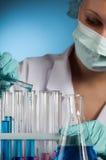 Wissenschaftler mit Reagenzglas-Wissenschaftslabor Stockfoto