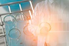 Wissenschaftlerbeispielchemie oder Medizintest Stockbilder