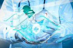 Wissenschaftlerdoktorhand hält virtuelle Molekülstruktur Lizenzfreie Stockfotos