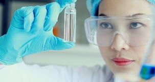 Wissenschaftlerersch?tterungsfl?ssigkeit im Reagenzglas f?r Experiment stock video
