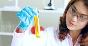 Wissenschaftlerersch?tterungsfl?ssigkeit im Reagenzglas f?r Experiment stock video footage