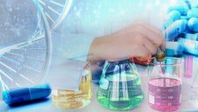 Wissenschaftlerhand mit Laborrohren stockbilder