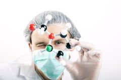 Wissenschaftlerholding Atome Lizenzfreies Stockfoto