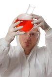 Wissenschaftlerholdingflasche mit Flüssigkeit Lizenzfreie Stockfotos