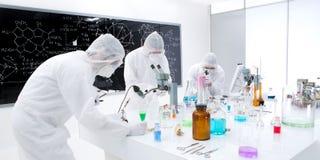 Wissenschaftlerlaborexperiment Lizenzfreie Stockfotos