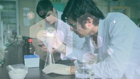 Wissenschaftlerleitexperiment gegen Hexagonformanimation stock video