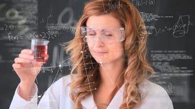 Wissenschaftlerleitexperiment gegen wissenschaftliche Symbolanimation stock video