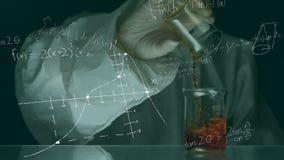 Wissenschaftlerleitexperimente gegen eine Animation von wissenschaftlichen Symbolen stock video