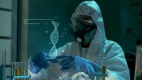 Wissenschaftlermann im Labor betrachtet 3D lebhaftes drehendes Hologrammmodell geänderten DNA-Moleküls, das in schwimmt stock footage