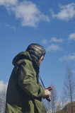 Wissenschaftlerphotograph, der auf einen Hügel steht Stockfoto