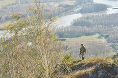 Wissenschaftlerphotograph, der auf einen Hügel steht Stockfotos