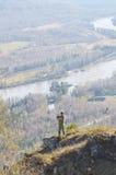 Wissenschaftlerphotograph, der auf einen Hügel steht Lizenzfreies Stockbild
