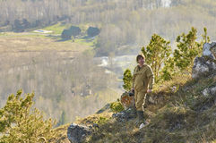 Wissenschaftlerphotograph, der auf einen Hügel steht Lizenzfreie Stockfotos