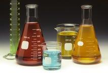Wissenschaftliche Glaswaren gefüllt mit farbigen Flüssigkeiten Lizenzfreies Stockbild