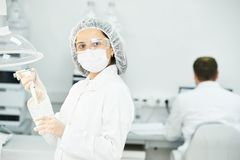 Wissenschaftlicher Forscher, der Experiment am Apothekenlabor macht Stockbild