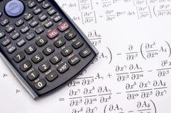 Wissenschaftlicher Taschenrechner und mathematische Gleichungen Stockfotografie
