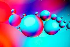 Wissenschaftliches Bild der Zellmembran Makro oben von fl?ssigen Substanzen Abstrakte Molek?latomstruktur Hintergrund, Bad, blau  stockbild