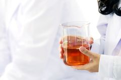 Wissenschaftliches Prüfung Wissenschaftler-Fuel Test Chemists quarity des Öls Rote Chemie-Reagenzröhrchen-Laborwissenschaft auf F stockfotos
