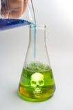 Wissenschafts-Becher-Gift-Schädel Stockfotos