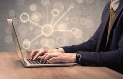 Wissenschaftsarbeitskraft, die auf Laptop-Computer schreibt Lizenzfreies Stockfoto